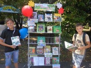 Ребята знакомятся с книжной выставкой Тайны зеленого леса
